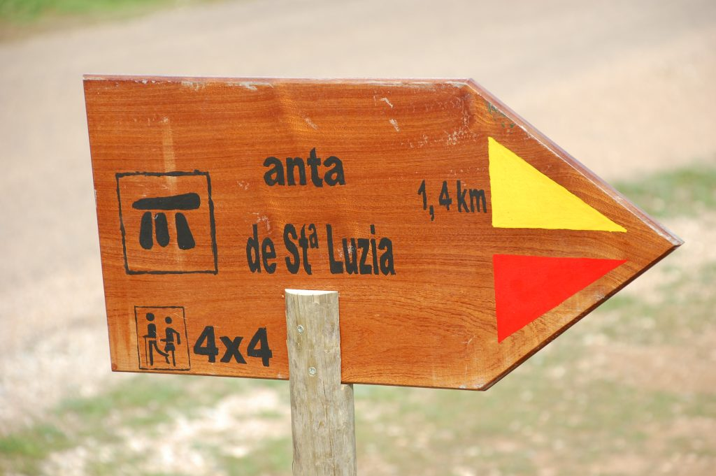 On the road, pointing the way to Anta de Santa Luzia, near Rosário.