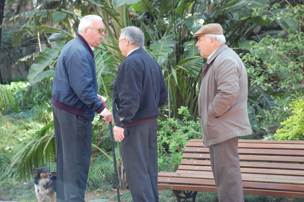 These three had a very long conversation in the Jardim da Estrela.  The dog was pleased to find a distraction, courtesy of the little child (previous photograph).