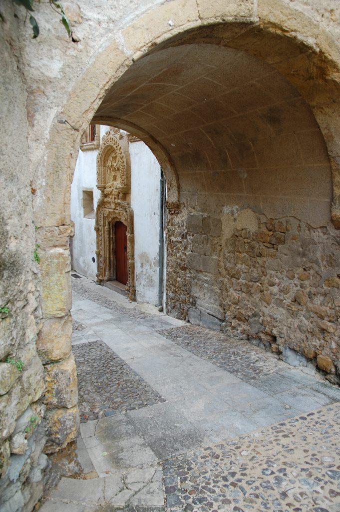 Almedina arch.