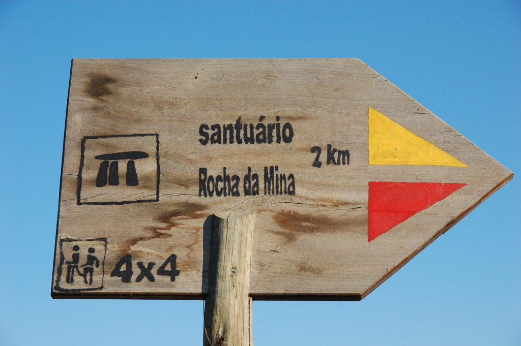 Pointing the way to Rocha da Mina.