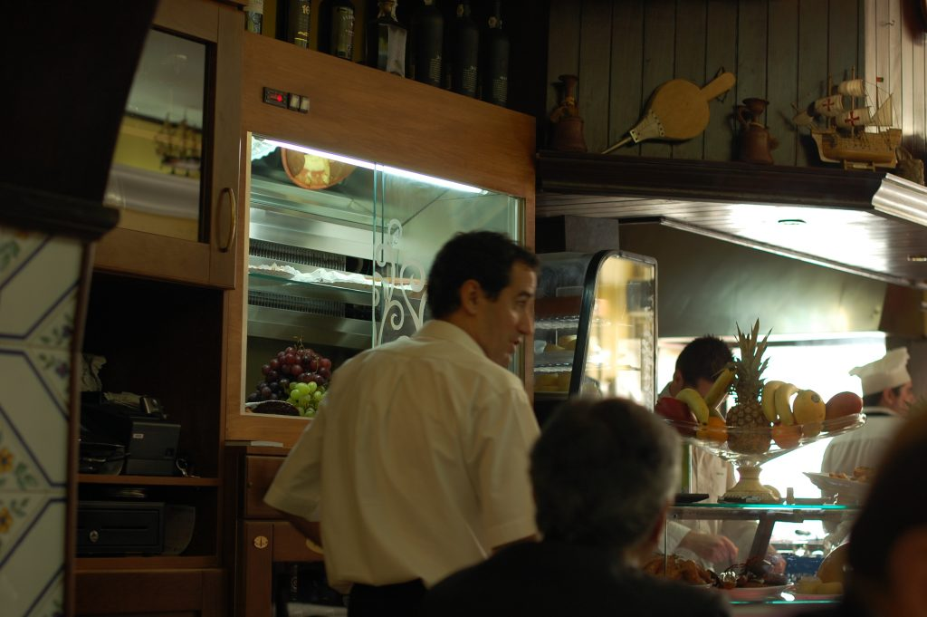 Jorge consults. You can just see the sous chef (Bruno) and the chef (Jose) in the right background.