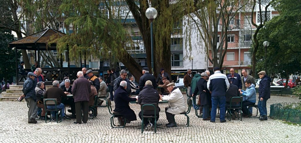 In Jardim Teófilo De Braga they are playing Sueca, a very popular card game.